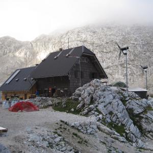 Neben zwei Klienwindkraftanlagen gibt es auch eine PV Anlage auf dem Dach