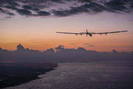 Quelle_Solarimpulse-Revillard-Rezo_ch_450x300_150703_RTW8_Nagoya-Hawaii_landing05859