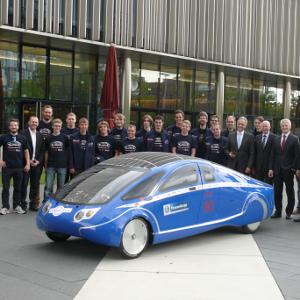 PowerCore SunCruiser mit Forschungsteam bei ThyssenKrupp Quelle: Hochschule Bochum