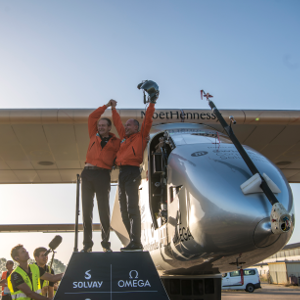 Pilot Piccard mit Broschberg nach Landung in Sevilla, Foto: ©Solarimpulse | Revillard | Rezo_ch